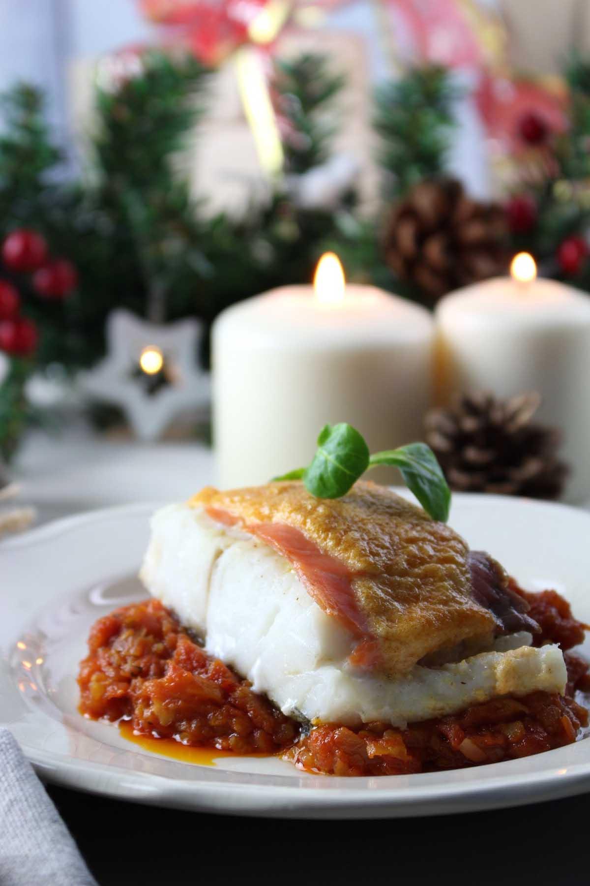 Bacalao con tomate gratinado con muselina de ajo y pimentón