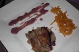 Presa ibérica con mouse de setas, salsa de vino dulce y patatas paja