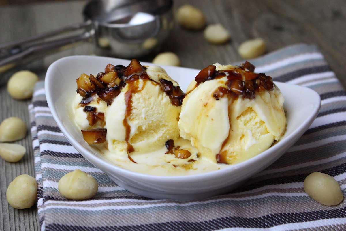 Helado de vainilla sin lactosa con nueces de macadamia caramelizadas
