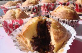 Magdalenas rellenas de chocolate y mermelada de arándanos sin lactosa