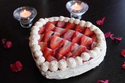 Tarta corazón de San Valentín de nata y fresas sin lactosa
