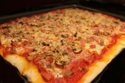 Pizza Michelangelo sin lactosa de jamón, bancon, atún y champiñones