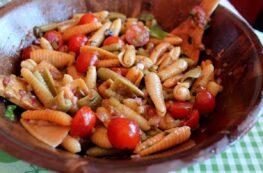 Ensalada de pasta con vinagreta de albahaca
