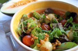 Ensalada de brotes tiernos, melón y membrillo