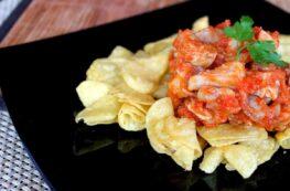 Pollo con tomate y patatas chips