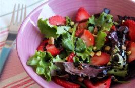 Ensalada de fresas, brotes tiernos y pistachos con vinagreta balsámica
