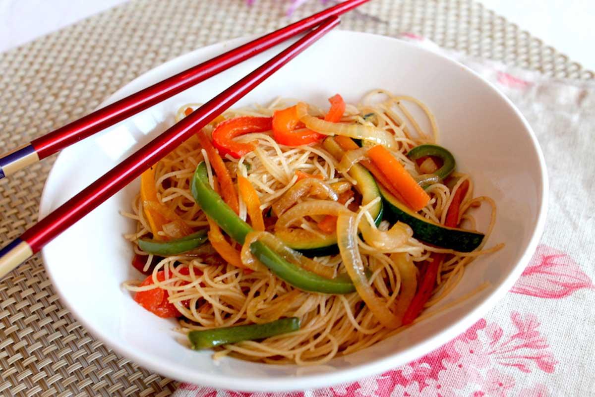 Wok de fideos de arroz chinos con verduras salteadas for Que cocinar con verduras