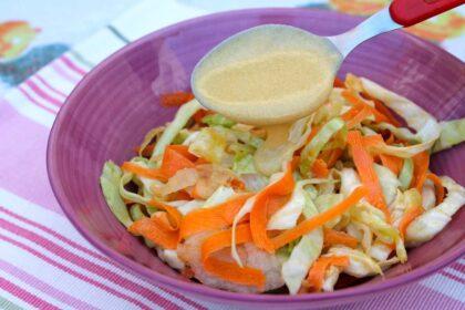 Ensalada de col con vinagreta de mostaza. American coleslaw