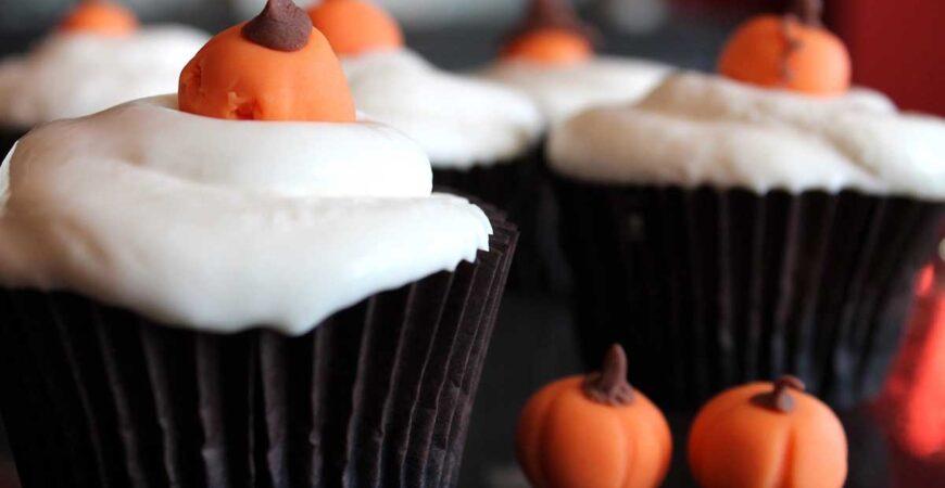 Cupcakes de calabaza para Halloween y frosting de queso sin lactosa