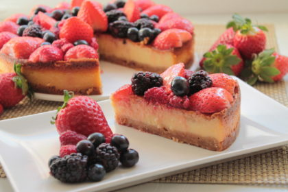 Tarta de queso mascarpone sin lactosa con frutas del bosque
