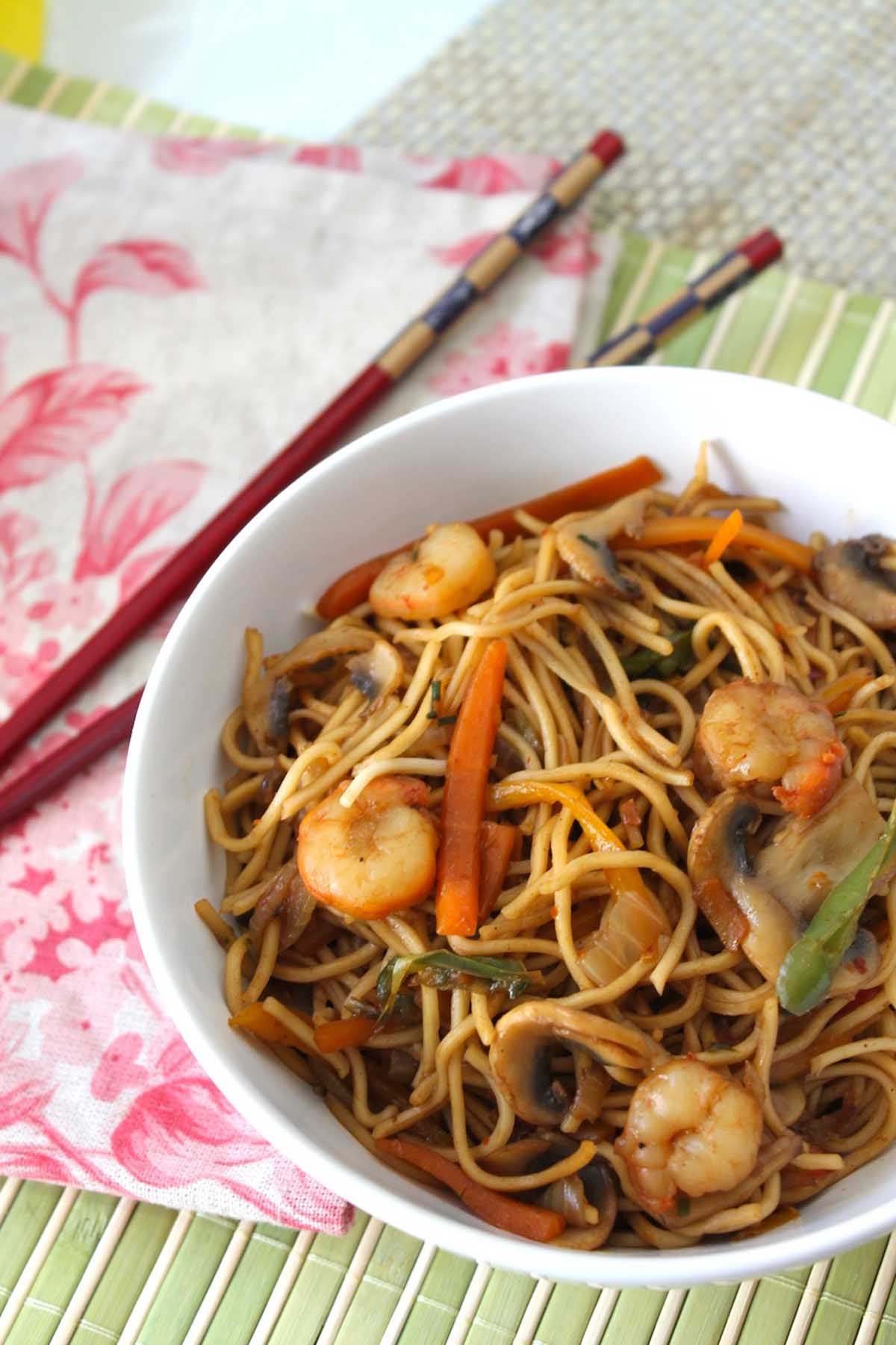 Wok de fideos chinos con gambas prawn chow mein noodles for Cocinar wok sin aceite