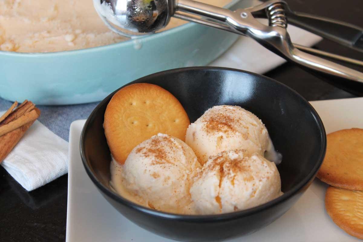 Helado de natillas sin lactosa con galletas
