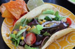 Tacos vegetarianos de aguacate y vinagreta de lima