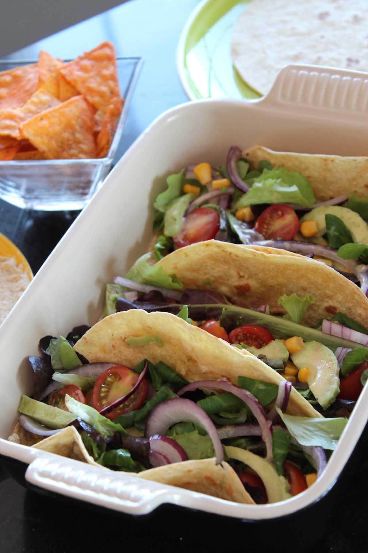 Tacos vegetarianos de aguacate y vinagreta de mostaza y lima