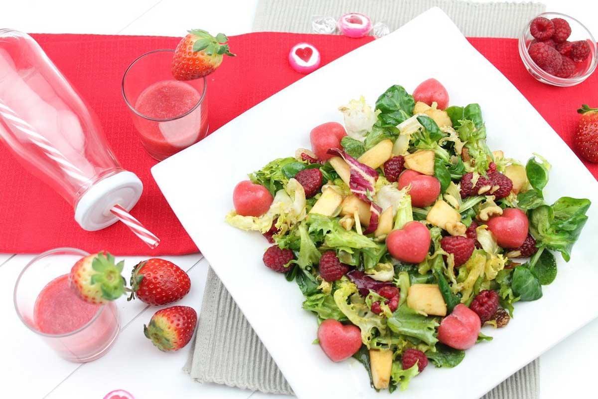 Ensalada romántica con corazones de fresa para San Valentín