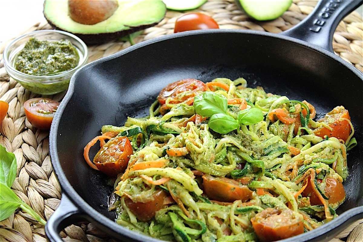 Espaguetis de calabac n y zanahoria con pesto de aguacate - Como se hace la salsa pesto para pasta ...