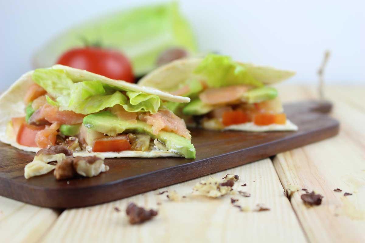 Tacos de salmón ahumado, aguacate, queso sin lactosa y nueces