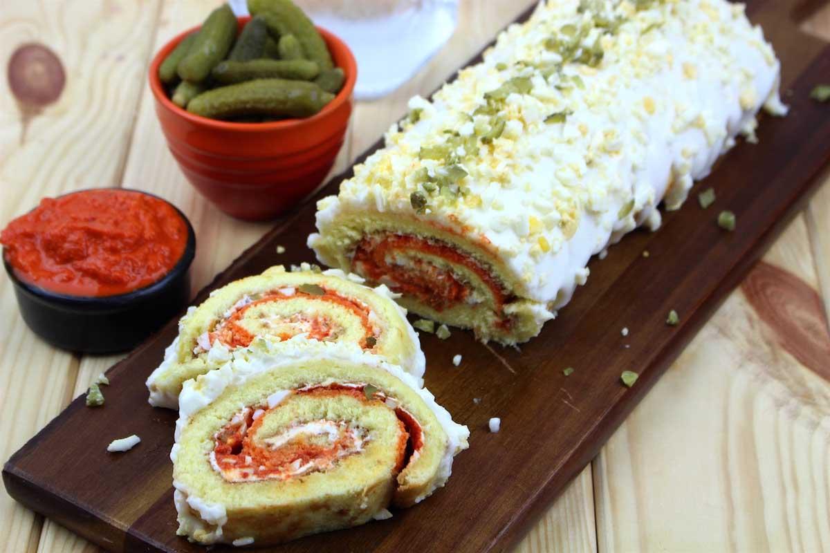 Brazo de gitano salado o pastel de verano de queso, sin lactosa, pimiento morrón, pepinillos, atún y huevo
