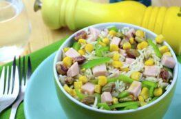 Ensalada de arroz basmati, pavo, pimiento verde, maíz y pistachos