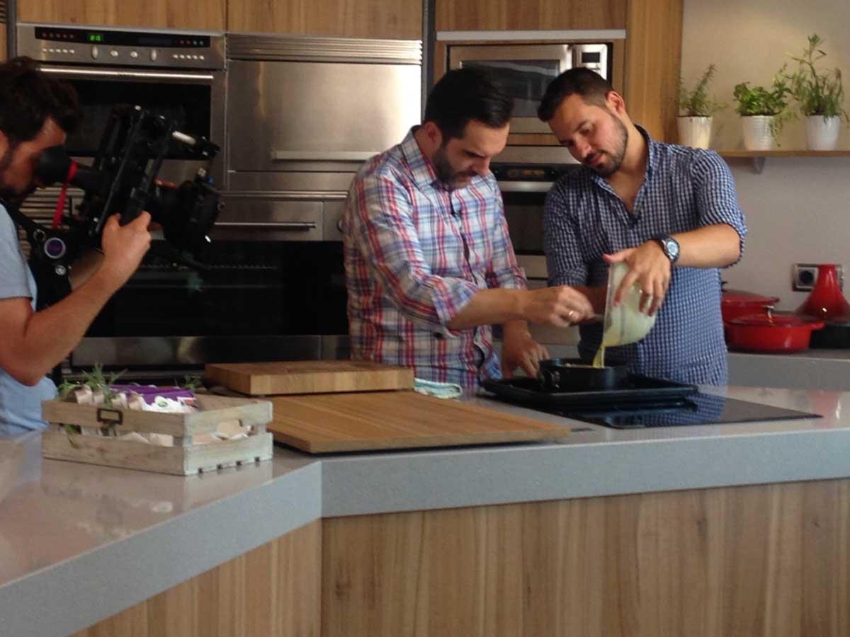 Mario Sandoval y Chef Orielo cocinando sin lactosa