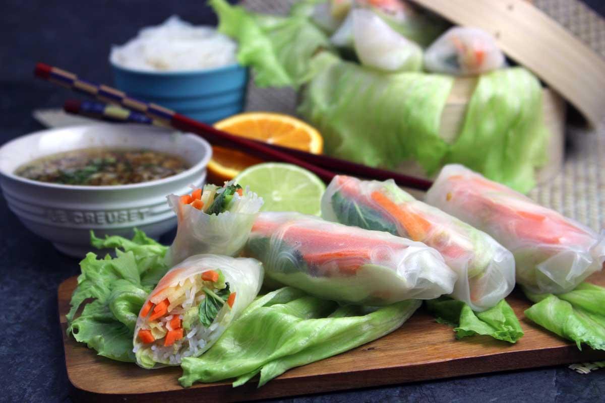 Rollitos vietnamitas vegetales con papel de arroz y verduras y salsa oriental