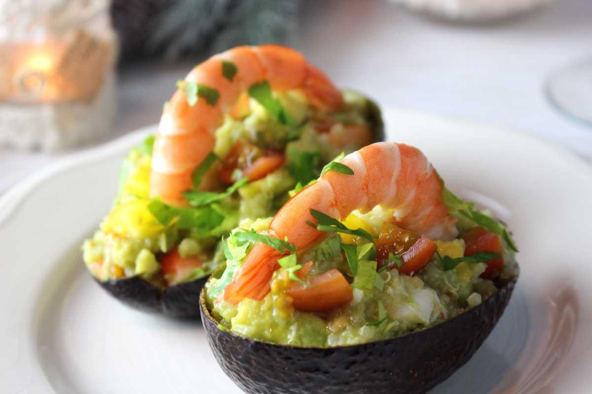 Aguacates rellenos de quinoa y langostinos