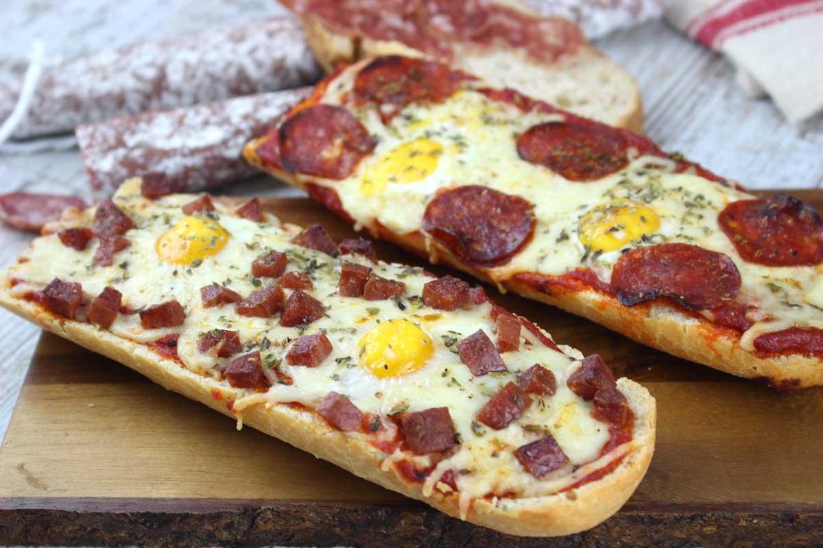 Panini casero o pan pizza de fuet y chorizo con huevos de codorniz sin lactosa