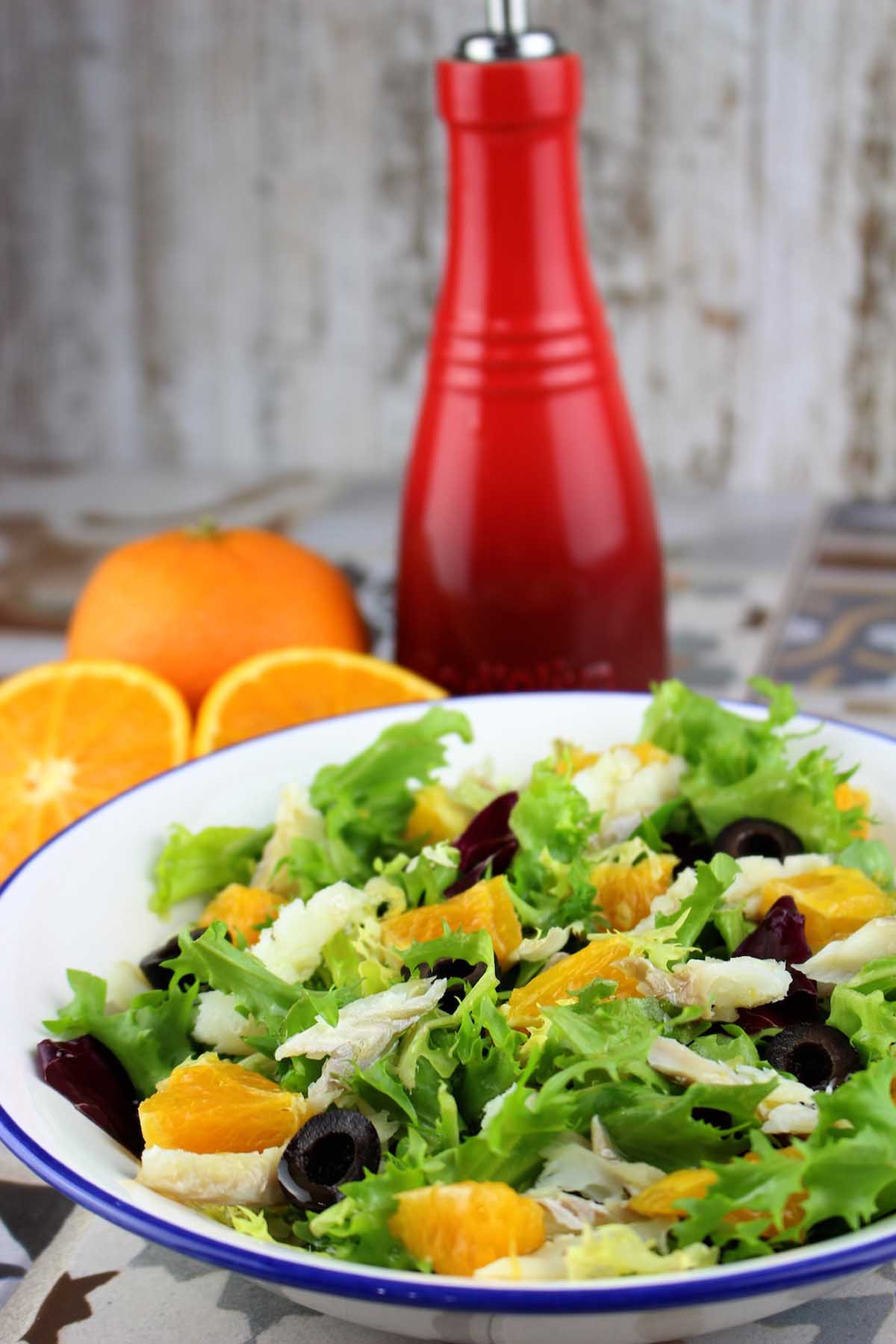 Ensalada con bacalao, naranja y aceitunas negras