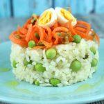 Ensalada de arroz con zanahorias, guisantes frescos y huevos de codorniz