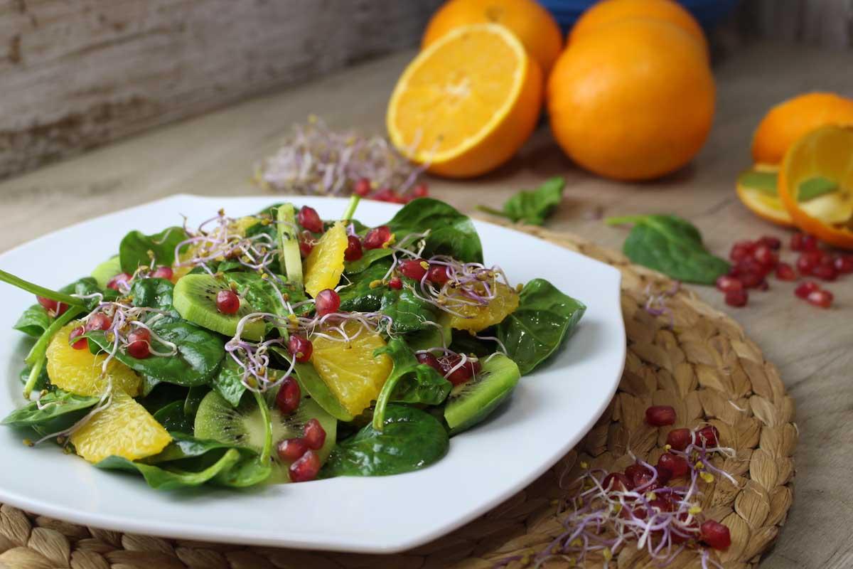 Ensalada detox de espinacas, fruta y germinados