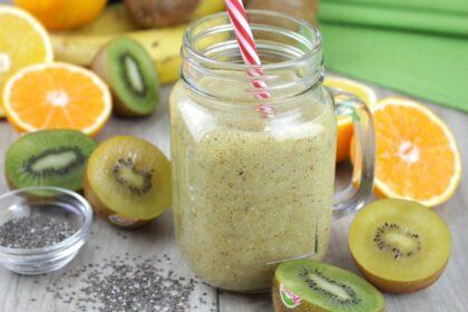 Smoothie de kiwi, plátano, naranja y chía sin leche