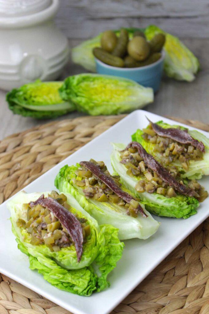 Cogollos con anchoas, ajo y vinagreta de encurtidos