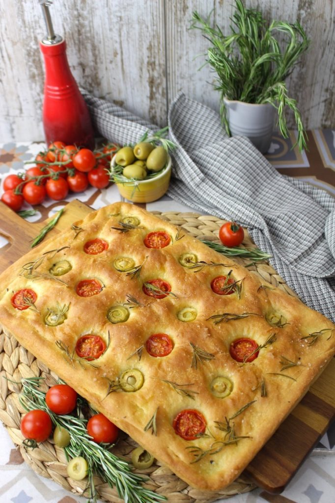 Focaccia casera italiana de tomate y aceitunas