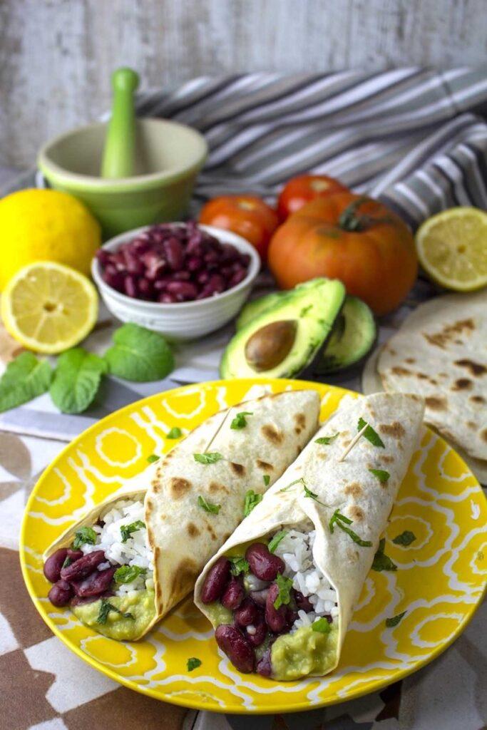 Burritos vegetarianos de arroz y frijoles. Burritos veganos