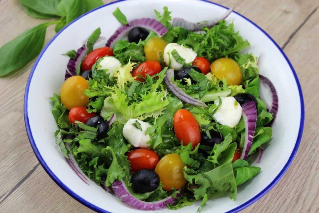Ensalada mediterranea de cherrys, mozzarella, aceitunas y cebolla