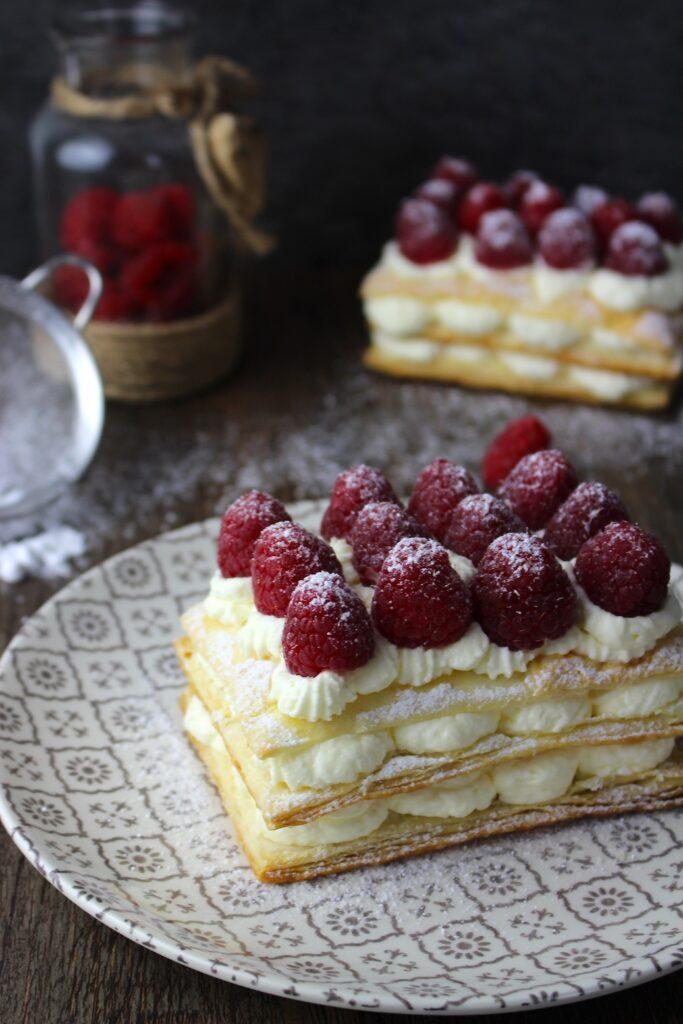 Milhojas de hojaldre con nata sin lactosa y frambuesas