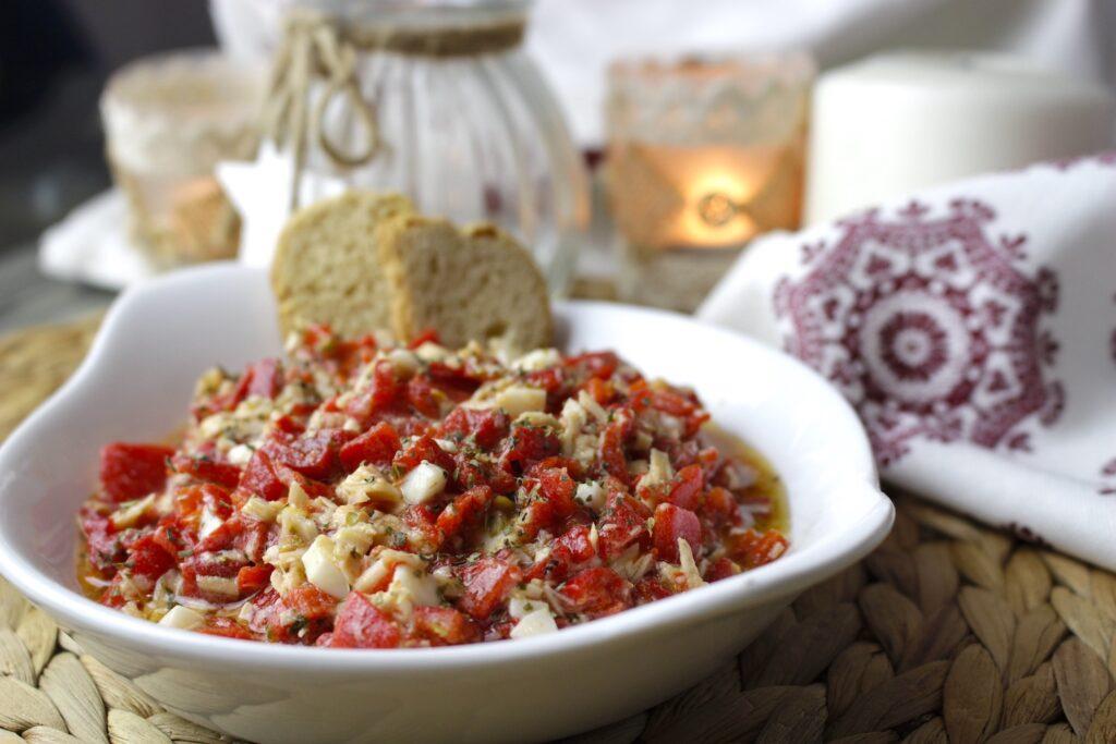 Ensalada de pimientos del piquillo, bonito y huevo