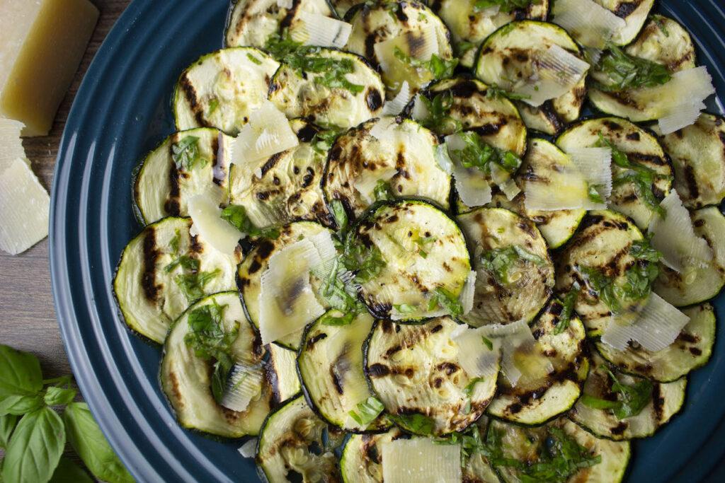 Rodajas de calabacín a la plancha con queso sin lactosa y albahaca